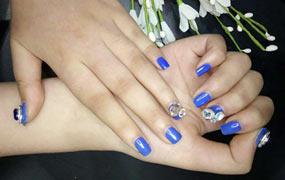 蓝色的钻饰堆积甲